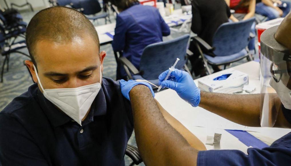 Un centre de vaccination contre la Covid-19 à l'aéroport international de Miami, à Miami, en Floride, le 29 mai 2021.
