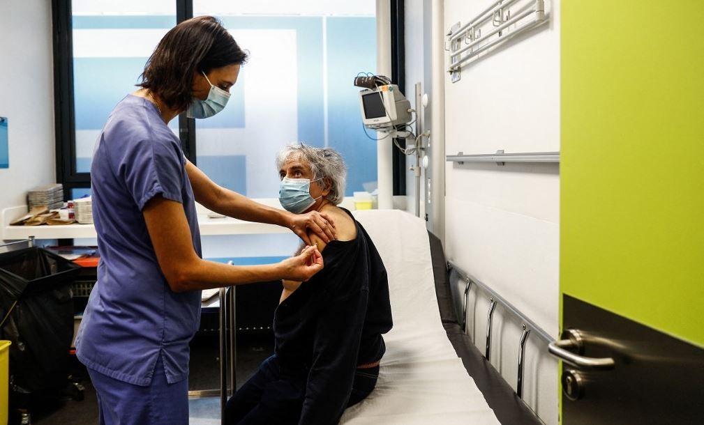 Une infirmière administre une dose du vaccin Pfizer-BioNTech contre la Covid-19 dans un hôpital à Paris.