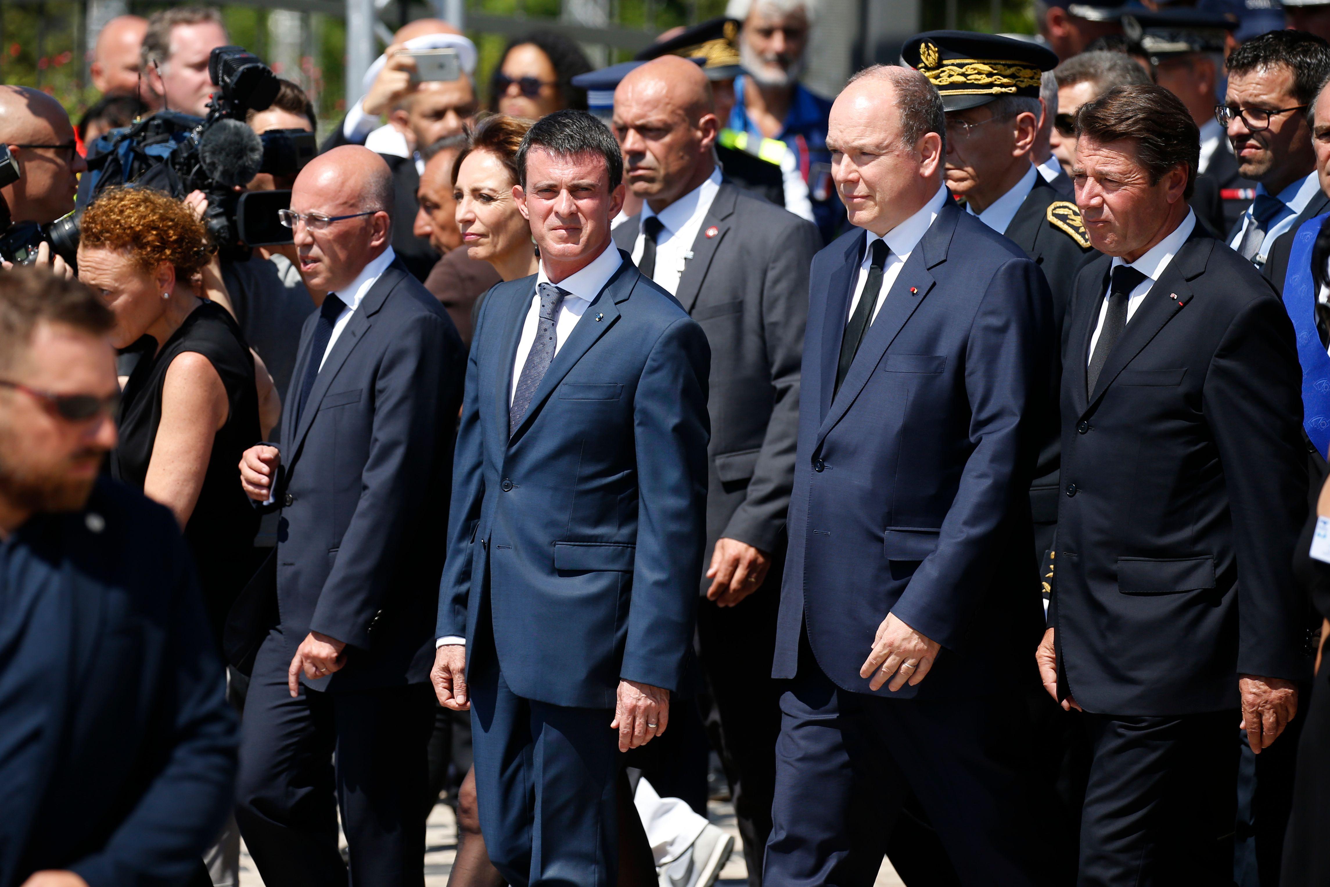 Eric Ciotti, président LR du conseil général des Alpes- Maritimes, Manuel Valls, le Prince Albert II de Monaco et le président LR de la région PACA Christian Estrosi à Nice pour une minute de silence suite à l'attentat du 14 juillet, le 18 Juillet 2016.