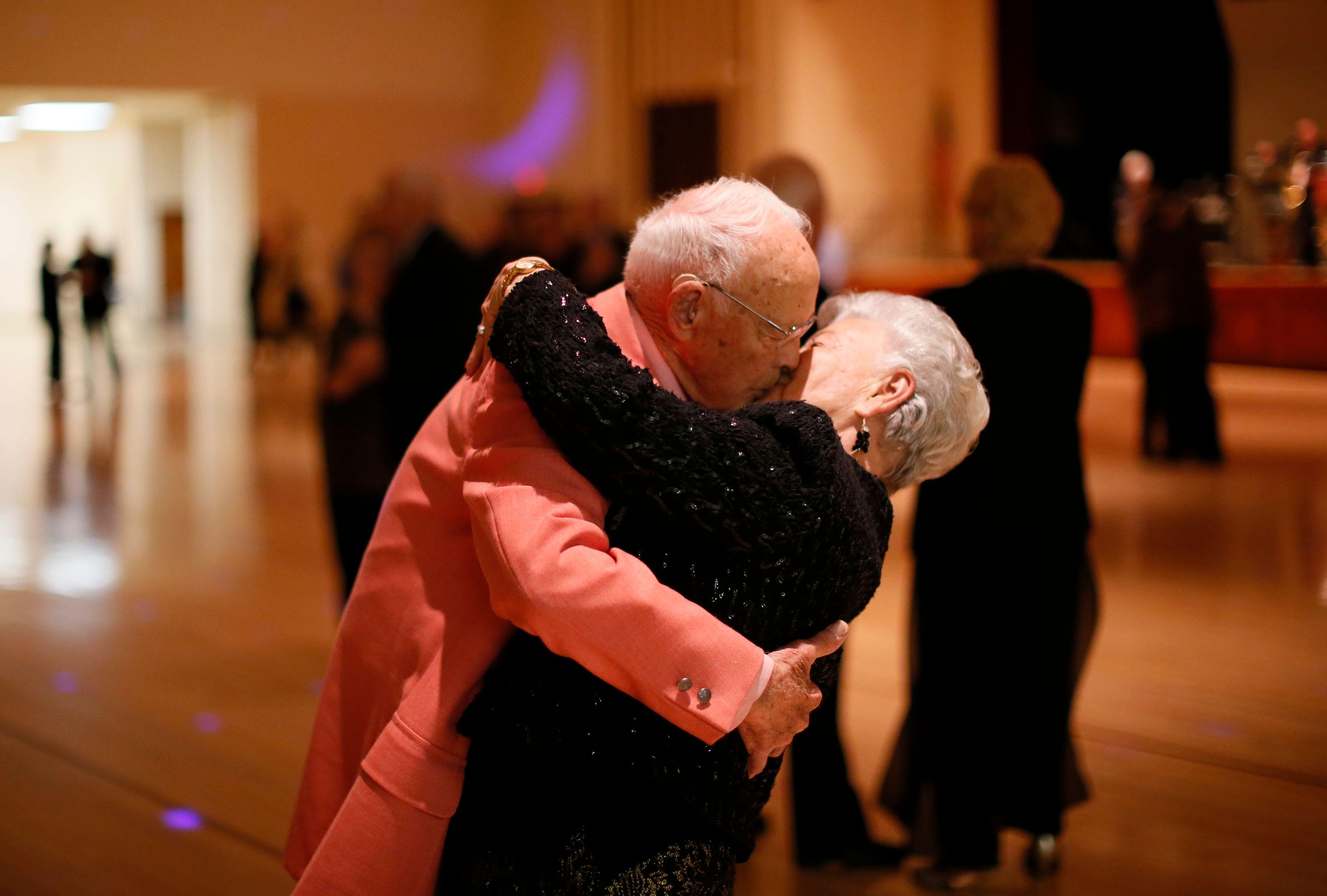 Et la catégorie d'âge où l'infidélité conjugale augmente le plus est celle des... plus de 55 ans