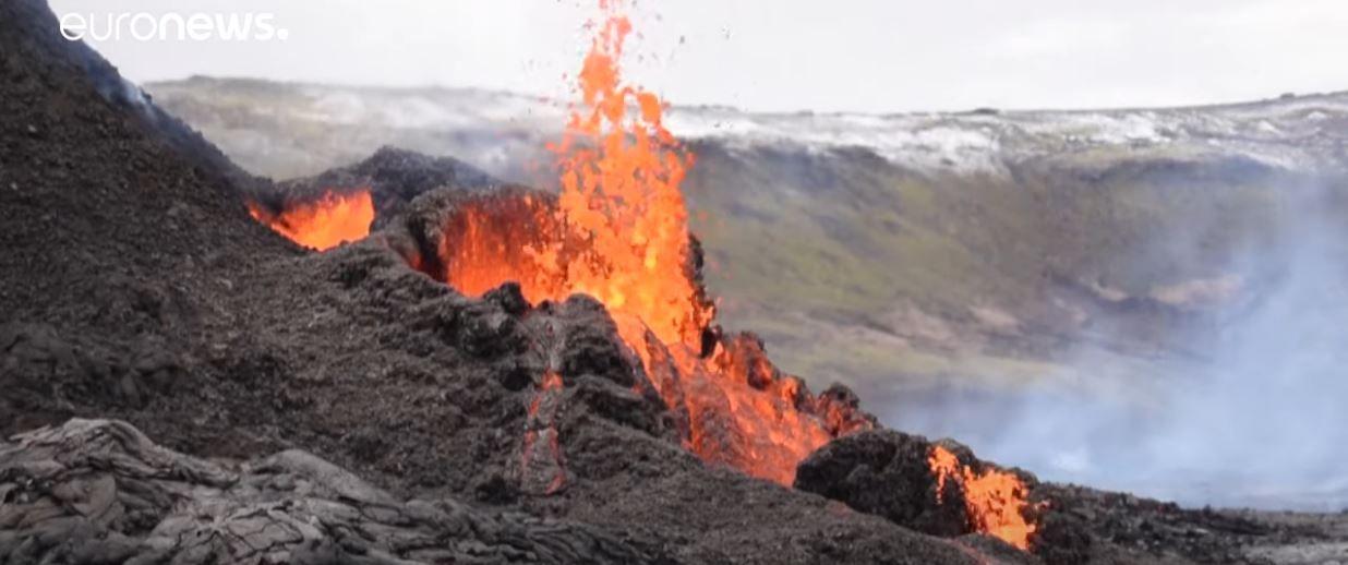Islande : de nombreux curieux affluent pour observer l'éruption volcaniquesur les flancs du mont Fagradalsfjall